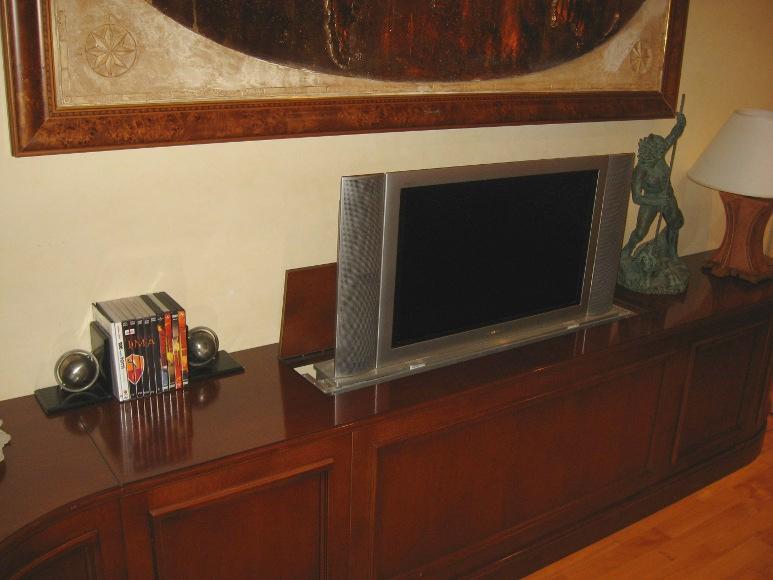 Mobile su misura con TV a scomparsa