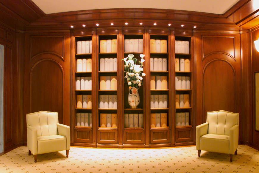 Libreria Classica in ciliegio con boiserie.
