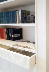 Libreria su misura Timeless. Dettaglio cassetto.