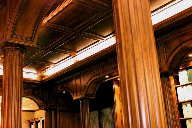 contro-soffitto in noce nazionale con illuminazione sotto cornice