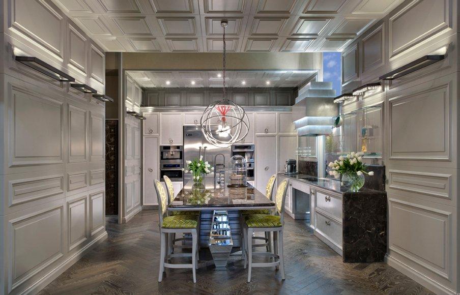 cucina su misura con boiserie e contro soffitti