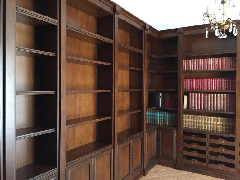 libreria in noce nazionale con lesene realizzata ad angolo