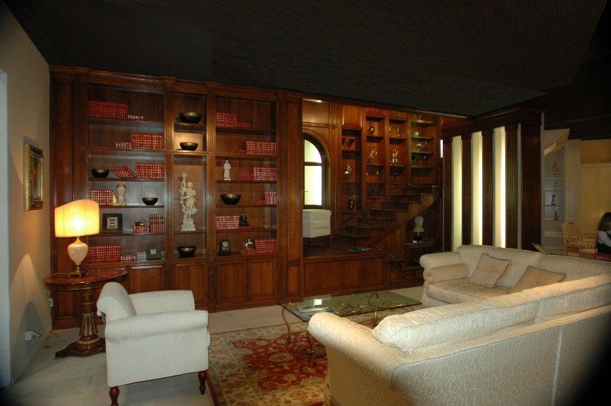 Libreria in noce nazionale. Realizzata su misura a Roma.